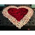 Сердце из лепестков роз
